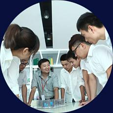 导师与学生讨论设计方案