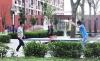 学生们正在宿舍楼前的乒乓球台前打球